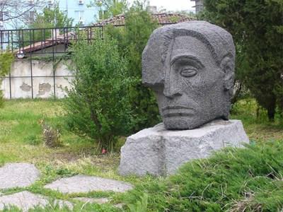 От половин век до родната къща на Гео Милев в Раднево е неговият гранитен паметник, дело на склуптора Иван Варчев.  СНИМКИ: АВТОРЪТ