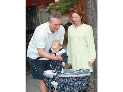 Вяра и Томас излизат на разходка с новородения им син.