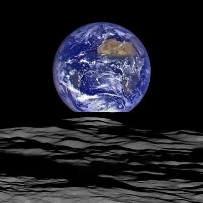 Земята, гледана от Луната.