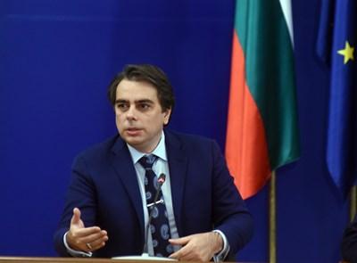 Финансовият министър Асен Василев предлага промени в закона, които да изкарат на светло какво притежават митничарите.