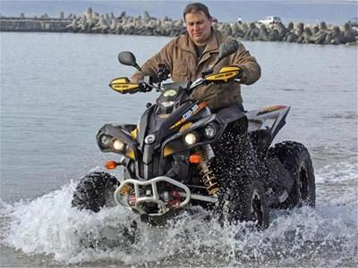 Емил Радев от ГЕРБ е известен във Варна със страстта си към екстремните спортове и АТВ-то си. СНИМКИ: ОРЛИН ЦАНЕВ И ЛИЧЕН АРХИВ