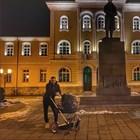 Криско показва разхожда дъщеря си в гимазията в Габрово, в която е учил