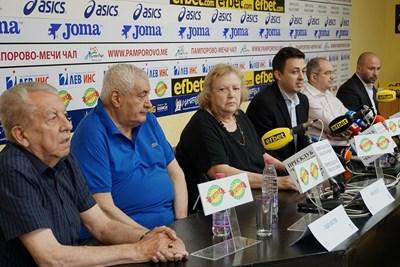 Жената на Гунди - Лита и едни от големите му приятели и съотборници - Иван Вуцов и Сашо Костов (вляво от нея) на днешната пресконференция. Снимка ДЕСИСЛАВА КУЛЕЛИЕВА