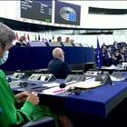 Еврокомисарка плете в залата, докато фон дер Лайен изнася годишната си реч (Видео)