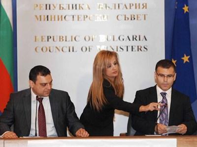 Служителка в Министерски съвет оправя микрофона на вицепремиера Симеон Дянков. Той следеше как министър Ивайло Московски подписва договорите. СНИМКА: Йордан Симeонов