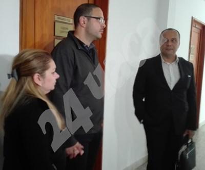 Майката Мими Ставрева с приятеля си и адвокат Яни Николов / в дясно/. Снимка:Авторът СНИМКА: 24 часа