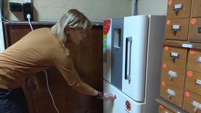 Директорката на библиотеката Мария Бенчева демонстрира как работи уредът - само с натискане на едно копче.