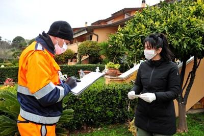 Италиански доброволци раздават маски в Гросето. СНИМКА: РОЙТЕРС