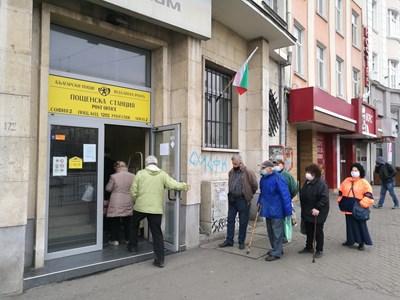 Възрастни хора на опашка за пенсии пред пощата  СНИМКА: ЙОРДАН СИМЕОНОВ