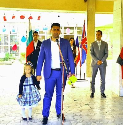 Новаков открива учебната година във Враца, асистиран от момиченце, което поканил от първия ред. Вдясно зад него е кандидатът за кмет на града от ГЕРБ - зам.-министърът на спорта Калин Каменов.