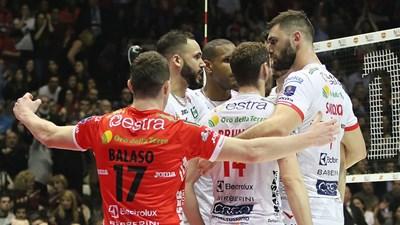 """Соколов (вдясно) получава поздравления след поредната си точка във финала със """"Сър Сейфти Перуджа""""."""