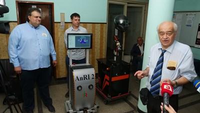 Проф. Роман Захариев (вдясно) показва сервизните роботи. СНИМКА: Йордан Симeонов