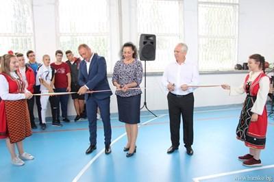 Кметът на Банско Георги Икономов откри ремонтирания физкултурен салон на гимназията по електроните и енергетика.