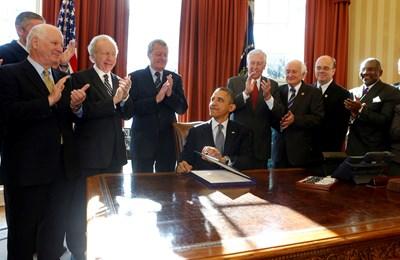 """Бившият американски президент Барак Обама подписва закона """"Магнитски"""" през 2012 г.  СНИМКА: РОЙТЕРС"""