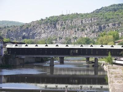 Заловиха крадец, отмъкнал меден обков от покрива на Покрития мост в Ловеч