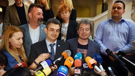 Пламен Николов и Тошко Йорданов съобщават имената на министрите на журналистите Снимка: Велислав Николов