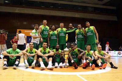 """Баскетболистите и щабът на """"Берое"""" позират със суперкупата на България, но не е изключено мачът да бъде преигран. СНИМКА: Lap.bg"""
