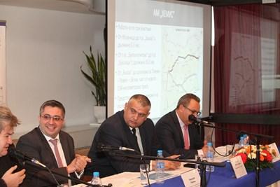 Николай Нанков, Георги Терзийски и Стоян Беличев (от ляво на дясно) представиха проекта за магистралата. СНИМКА: Снимки: НИКОЛАЙ ЛИТОВ