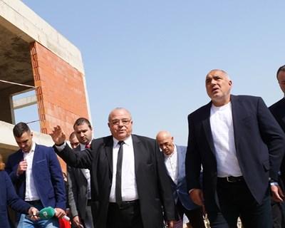 Ректорът на УНСС проф. Стати Статев показва строежа на новия корпус на премиера Бойко Борисов.