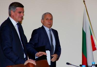 Премиерът Огнян Герджиков и министърът на отбраната Стефан Янев твърдят, че решението им не задължава следващото правителство. СНИМКА: СНИМКА: Десислава Кулелиева