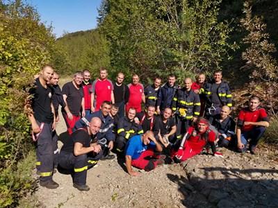 Планинските спасители и пожарникарите, участвали в тежката акция. СНИМКИ - ФЕЙСБУК ПСС-САНДАНСКИ.