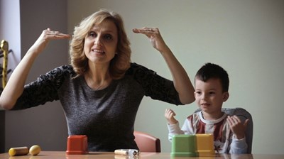 Филм за жестомимичната преводачка Таня Димитрова с премиера в 13 държави