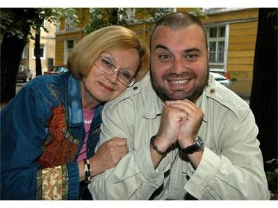 Алис Крайчева и синът й Александър Балкански, за когото казва, че обича по-малко от снаха си