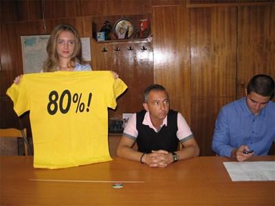 Младежите от БСП в Перник връчиха символично жълта фланелка на Кристалина Георгиева. СНИМКА: Светлана Стоименова