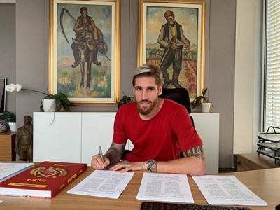 Албентоса подписва личния си договор с ЦСКА. Снимка официален сайт на ЦСКА