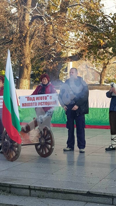 """В Сопот пукнаха черешовото топче в знак на протест срещу """"превода"""" на """"Под игото"""". СНИМКИ: Авторката СНИМКА: 24 часа"""