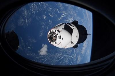 """Корабът """"Крю драгън"""" на """"СпейсЕкс"""" e с четирима астронавти на борда СНИМКА: Ройтерс"""