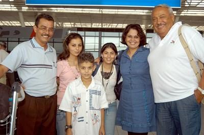 Гарелов със семейството на Ахмед Мелиджи през 2007 г.  СНИМКА: РУМЯНА ТОНЕВА