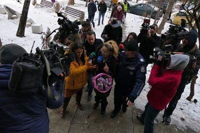 Иванчева влезе в блока си с букет в ръка и съпроводена от полицай.  СНИМКА: ПИЕР ПЕТРОВ