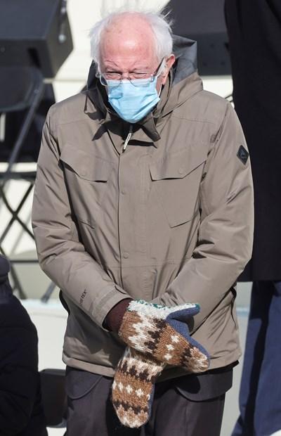 Бърни Сандърс е събрал за благотворителност 1,8 млн. долара с прочутата си снимка с ръкавиците СНИМКА: РОЙТЕРС