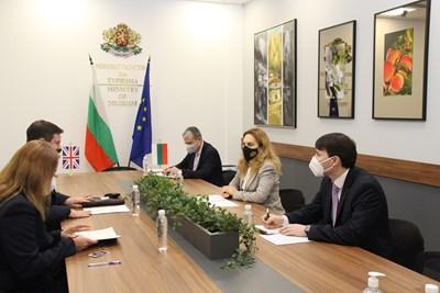 Министърът на туризма Марияна Николова по време на срещата си с Н. Пр. Роб Диксън, посланик на Обединеното кралство Великобритания и Северна Ирландия Снимка: МТ
