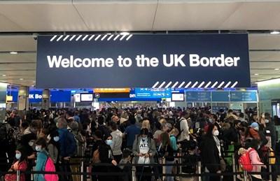 """Опашка се вие пред граничния контрол за влизане във Великобритания на лондонското летище """"Хийтроу"""". СНИМКА: РОЙТЕРС"""
