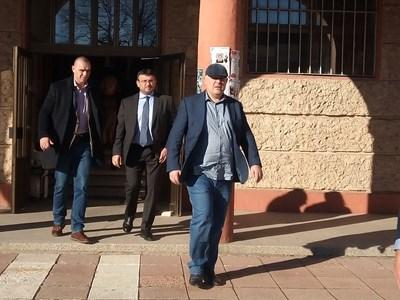 Главният прокурор Иван Гешев и вътрешният министър Младен Маринов излизат от сградата на общината в Бобов дол след среща с местната власт. СНИМКА: ЕЛИЦА ИВАНОВА
