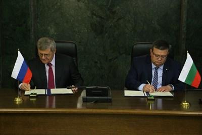 Юрий Чайка и Сотир Цацаров подписват програма за сътрудничество.