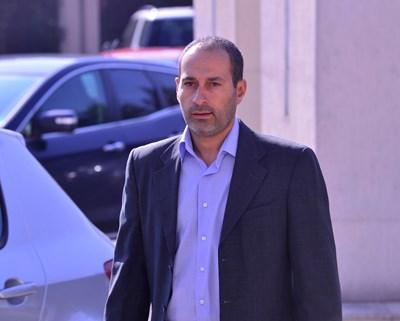 Христо Ангеличин, заснет в двора на специализирания съд. СНИМКА: Йордан Симeонов