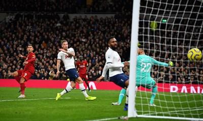"""Роберто Фирмино от """"Ливърпул"""" преди миг е насочил топката към мрежата на """"Тотнъм"""", за да донесе поредната важна победа на """"мърсисайдци"""" по пътя към мечтаната титла на Англия. СНИМКА: РОЙТЕРС"""