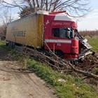 Тирът, движил се от Бургас към Айтос, е нанизал двете коли.
