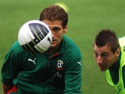Капитанът на националния отборл Стилиян Петров опитва да хипнотизира топката на вчерашната тренировка.