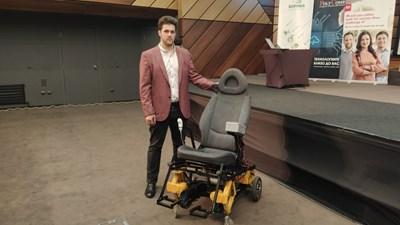 Инвалидна количка, която сама може да се изкачва по стълби, е създал 19-годишният Теодор Тодоров СНИМКА: Личен архив