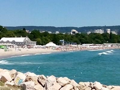 Морето на Варненския плаж е започнало да се успокоява след високите вълни през уикенда.
