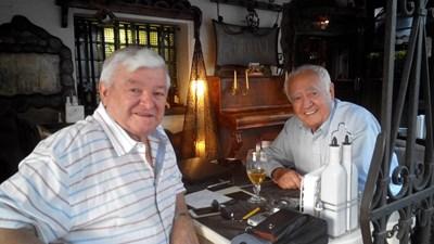 Шефкет Чападжиев (вляво) и Хамид Русев в центъра на София 55 години след бягството им от България. СНИМКА: Авторът