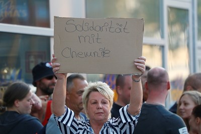 "Демонстрантка в Кьолн държи надпис ""Солидарност с Кемниц"".  СНИМКА: РОЙТЕРС"