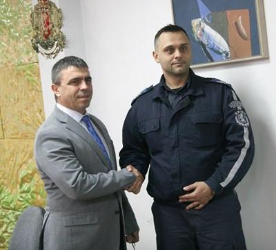 Шефът на пловдивската полиция Атанас Илков поздравява Стойчо Яковски за достойната постъпка.  СНИМКА: ЕВГЕНИ ЦВЕТКОВ