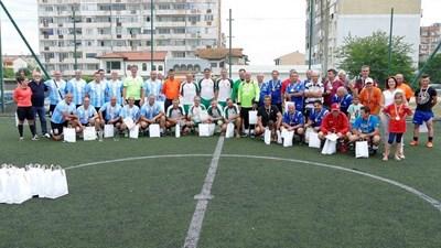 Участниците в миналогодишния благотворителен мач позират за спомен. Снимка: Sonik Start