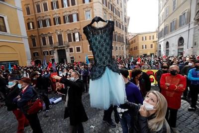Театрални работници протестират пред офиса на италианския премиер срещу ограниченията за борба с коронавируса в Рим.