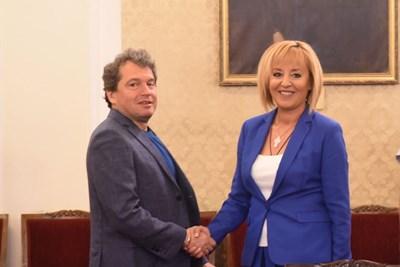 """Председателката на """"Изправи се БГ! Ние идваме!"""" се ръкува с председателя на парлемнтарната група на """"Има такъв народ"""" Тошко Йорданов СНИМКА: Велислав Николов"""